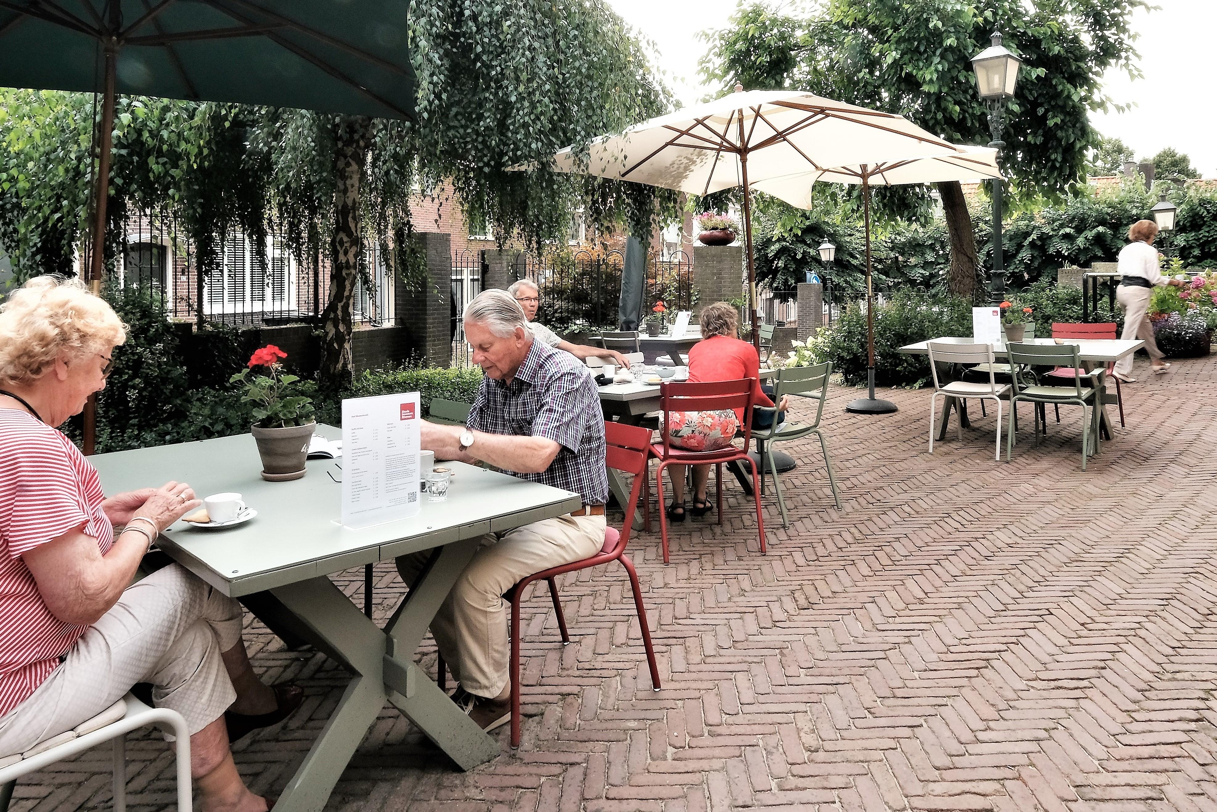 JvdB museumgasten met koffie 1 foto Jan van den Brink knip